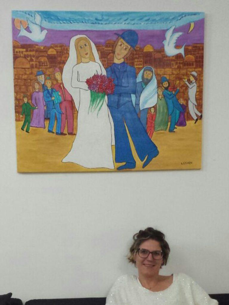 Tableau hébraïque mariage accroché dans un salon