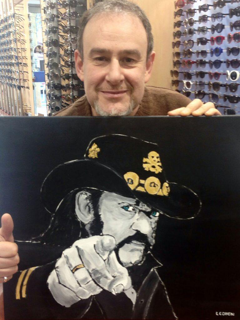 Client posant avec le portrait de Lemmy