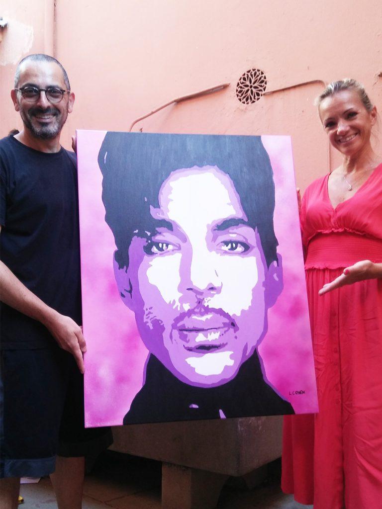 Lionel Cohen remettant le portrait de Prince à une cliente