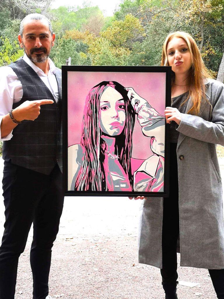 Lionel Cohen présentant le portrait d'une jeune femme