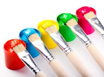 Pinceaux sur des pots de peintures acryliques