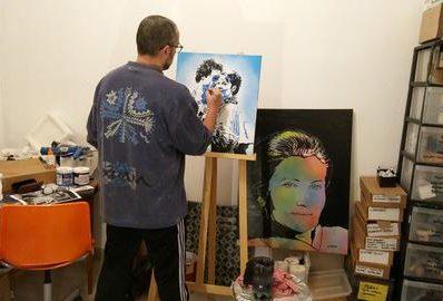 L'artiste Lionel Cohen dans son atelier
